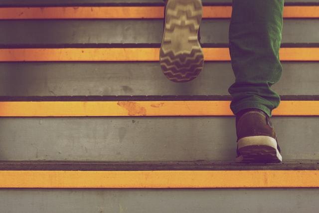 Houd de trap veilig met anti slip tape van rubber